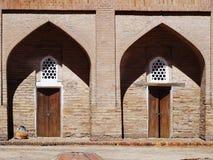 Rumdörrar av en traditionell arabisk skola var studenter bor Royaltyfri Bild