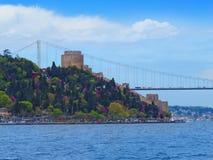 Rumeli fästning och Fatih Sultan Mehmet Bridge Royaltyfria Bilder