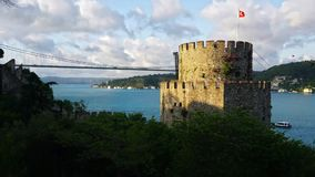 Rumeliankasteel en FSM-Brug in Istanboel, Turkije stock videobeelden