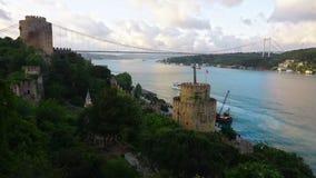 Rumeliankasteel en FSM-Brug in Istanboel, Turkije stock video