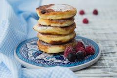 Rumiani cheesecakes z sproszkowanym cukierem i jagodami Obrazy Stock