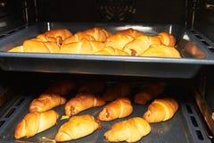 Rumiani domowej roboty kulebiaki na wypiekowym prześcieradle Fotografia Stock