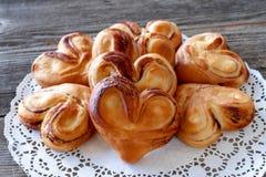 Rumiani słodka bułeczka w formie serc na drewnianym stole, zbliżenie fotografia stock