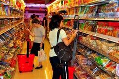 Rumienić się, NY: Ludzie Robi zakupy przy supermarketem obrazy royalty free