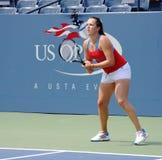Fachowe gracz w tenisa Anastasia Pavlyuchenkova praktyki dla us open przy Billie Cajgowego królewiątka Krajowym tenisem Ześrodkowy Zdjęcia Royalty Free