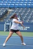 Fachowe gracz w tenisa Anastasia Pavlyuchenkova praktyki dla us open przy Billie Cajgowego królewiątka Krajowym tenisem Ześrodkowy Obrazy Stock