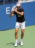 Fachowe gracz w tenisa Milos Raonic praktyki dla us open przy Billie Cajgowego królewiątka tenisa Krajowym centrum Zdjęcia Royalty Free