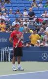 Siedemnaście czasów wielkiego szlema mistrz Roger Federer ćwiczy dla us open przy Billie Cajgowym królewiątkiem Krajowy Tenisowy C zdjęcie royalty free