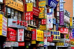 Rumienić się, NY: Witryna sklepowa Podpisuje wewnątrz chińczyka i Engl fotografia royalty free