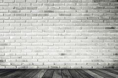 Ruminre med den vita tegelstenväggen och betonggolvet, ingen, arkivbild