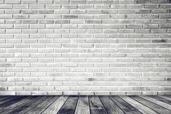 Ruminre med den vita tegelstenväggen och betonggolvet, ingen, arkivfoto
