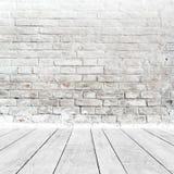 Ruminre med den vita tegelstenväggen och trägolvet Arkivbilder
