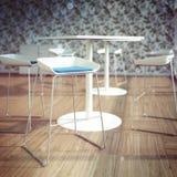 Ruminre med tabeller och stolstolar Arkivfoton