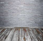 Ruminre med tegelstenstentegelplattor vägg och trä däckar backgro arkivbild