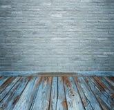 Ruminre med tegelstenstentegelplattor vägg och trä däckar backgro royaltyfri foto