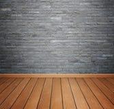 Ruminre med tegelstenstentegelplattor vägg och trä däckar backgro fotografering för bildbyråer