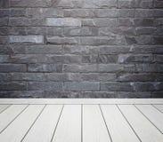 Ruminre med tegelstenstentegelplattor vägg och trä däckar backgro royaltyfri fotografi