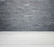 Ruminre med tegelstenstentegelplattor vägg och trä däckar backgro royaltyfria foton