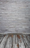 Ruminre med tegelstenstentegelplattor vägg och trä däckar backgro arkivbilder