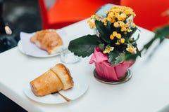 Rumkuchen auf dem Tisch lizenzfreies stockfoto