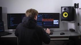 Rummen utrustas med datorer Den ilskna nervösa mannen, slår hans händer på tangentbordet och skrivbordet På-skärm