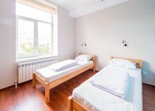 Rummet för tvilling- säng i hotell Arkivfoton