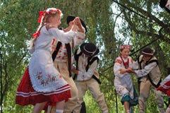 Rumänska folk dansare i traditionella dräkter Royaltyfria Bilder