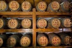 Rumowe drewniane baryłki przy składowym pokojem obraz stock