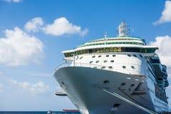 Rumpf des Kreuzschiffs gebunden am Dock Lizenzfreie Stockfotos