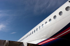 Rumpfelement mit Öffnungen des Flugzeuge Sukhoi-SuperJet Stockfotografie