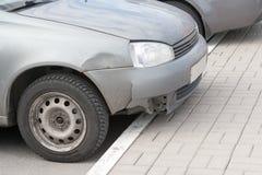 Rumpled крыло автомобиля после аварии Стоковое Фото