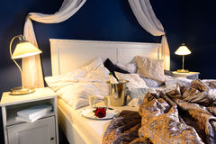 Rumpled täcker natt för hotellsovrumromantiker Arkivbilder