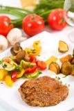 Rumpsteak mit Kartoffeln und Gemüse lizenzfreies stockbild