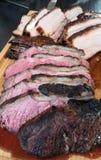 Rumpsteaks und Schweinebauch kochten in Honig BBQ-Marinade auf einem Grill stockfoto