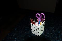 Rumsrent skrivbord - blyertspennahållare på svart A Royaltyfria Bilder