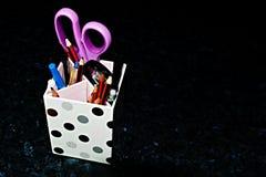 Rumsrent skrivbord - blyertspennahållare på svart C Royaltyfria Foton