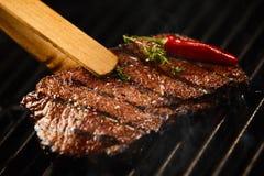 Rumsteak maigre savoureux grésillant sur un feu de BBQ image libre de droits