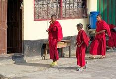 Rumtek修道院的,锡金,印度年轻修士 免版税库存图片