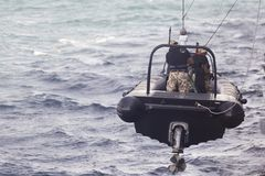 Rumuńscy jednostka specjalna żołnierze piechoty morskiej opuszczają w gumowej tratwie obraz stock