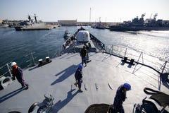 Rumuńscy militarni żeglarzi na pokładzie 'Regele Ferdinand' fregata zdjęcie stock