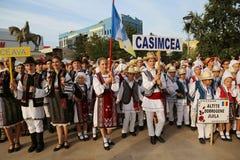 Rumuńska grupa tancerze w tradycyjnych kostiumach przy Międzynarodowym folkloru festiwalem dla dzieci i młodości Złotej ryba Obrazy Stock