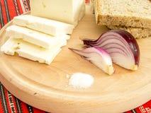 Rumuńska tradycyjna przekąska serowa cebula i chleb na drewnianym talerzu fotografia royalty free
