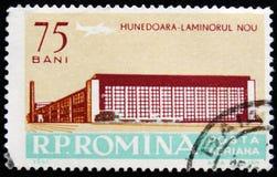 Rumuńska znaczków pocztowych przedstawień Gorącego kołysania się roślina Hunedoara, Transylvania, Rumunia, około 1961 Zdjęcie Royalty Free