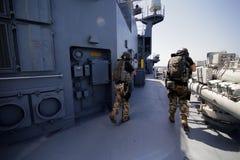 Rumuński jednostka specjalna żołnierzy piechoty morskiej burzy pokład militarny statek zdjęcia stock