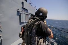 Rumuński jednostka specjalna żołnierzy piechoty morskiej burzy pokład militarny statek obraz royalty free