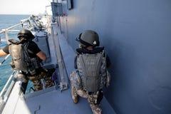 Rumuński jednostka specjalna żołnierzy piechoty morskiej burzy pokład militarny statek obraz stock