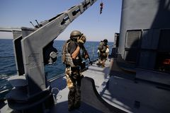 Rumuński jednostka specjalna żołnierzy piechoty morskiej burzy pokład militarny statek obrazy stock
