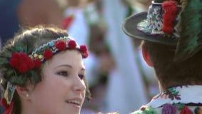 Rumuński tradycyjny taniec przy Międzynarodowym folkloru festiwalem