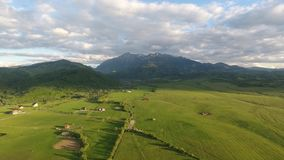 Rumuńskiej wsi trutnia powietrzny strzał zdjęcie wideo