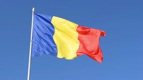 Rumunia flaga na poczty chodzeniu w wiatrze Rumuńska czerwień, zieleń i błękitnej flagi falowanie w wiatrze z jasnym błękitnym tł zbiory wideo